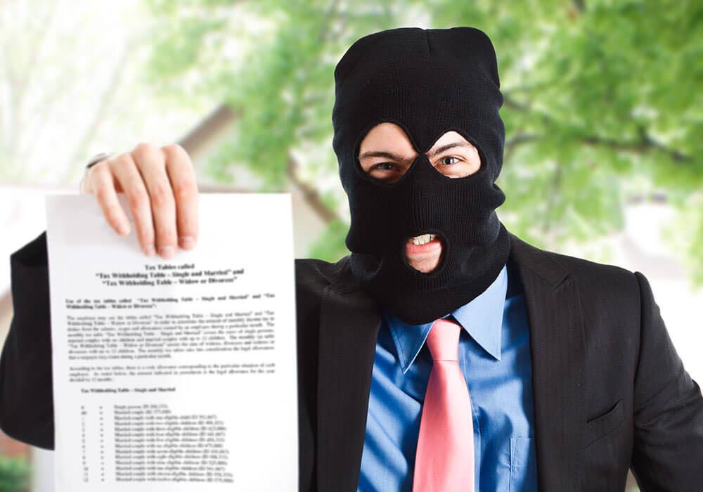 Когда коллекторы подают в суд на должника по кредиту?